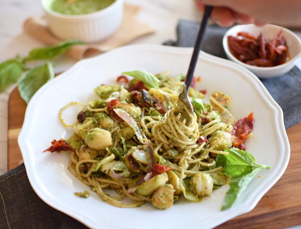 Healthy vegan pesto pasta